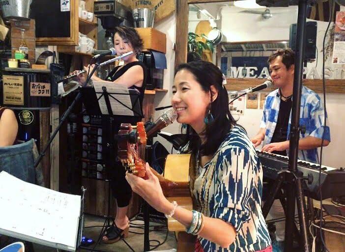 2019年・辻堂のレストラン「On the pig's back」にてイベント。左から、フルート満島貴子、Karen Tokita、ピアノ今井亮太郎。