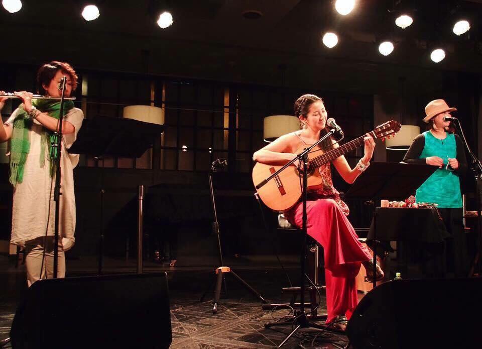 2017年・渋谷リビングルームカフェ。フルート満島貴子、Karen Tokita、パーカッションRINDA☆