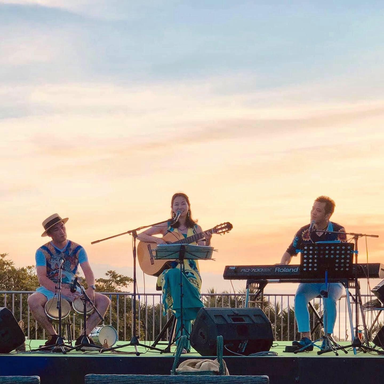 2019年・江ノ島 野外イベント。左から KTa☆Brasil(パーカッション)Karen Tokita、今井亮太郎(ピアノ)