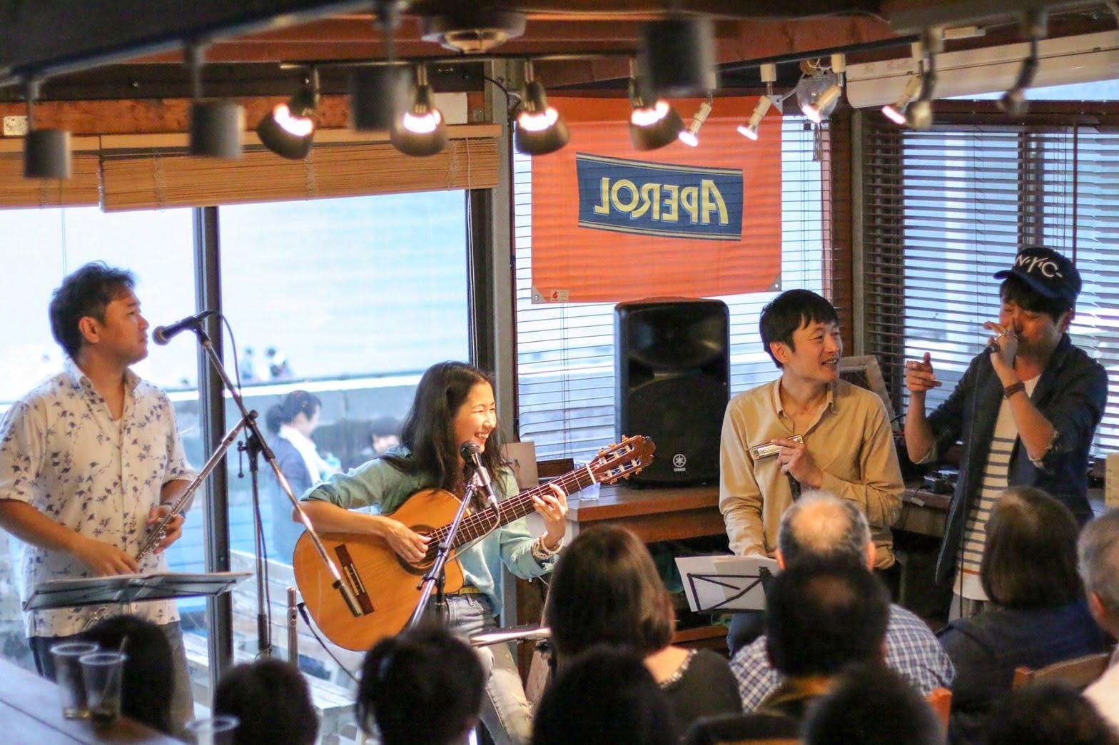 2017年・逗子 カフェ渚小屋 左から、フルート川満直哉、Karen Tokita、ハーモニカmatsumonica、ボイスパーカッションおっくん