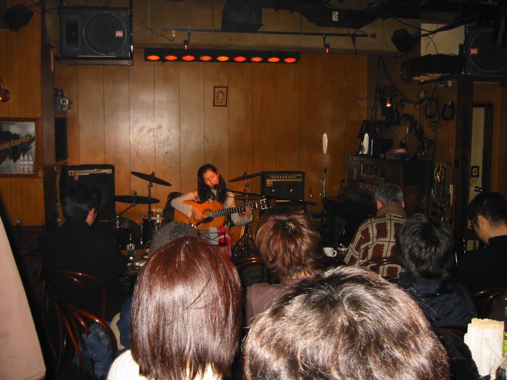 2003年・デビュー前。懐かしいシリーズ(笑)デビューする直前。客席がレコード会社の方ばかりで緊張して演奏とまったりした記憶が(*_*)笑。若いなあ〜!高円寺のペンギンハウスにて。
