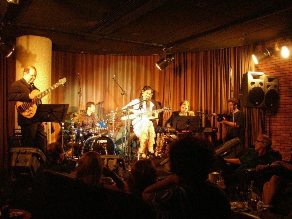 2008年(多分)ブラジル・リオデジャネイロのホテルでのボサノヴァイベントに1曲参加させていただいた時のショット。ギターはワンダ・サが貸してくれました。ジョアン・ドナート、カルロス・リラ、ホベルト・メネスカル、ジョイスが目の前の席にいるという、半泣き状態での演奏。笑