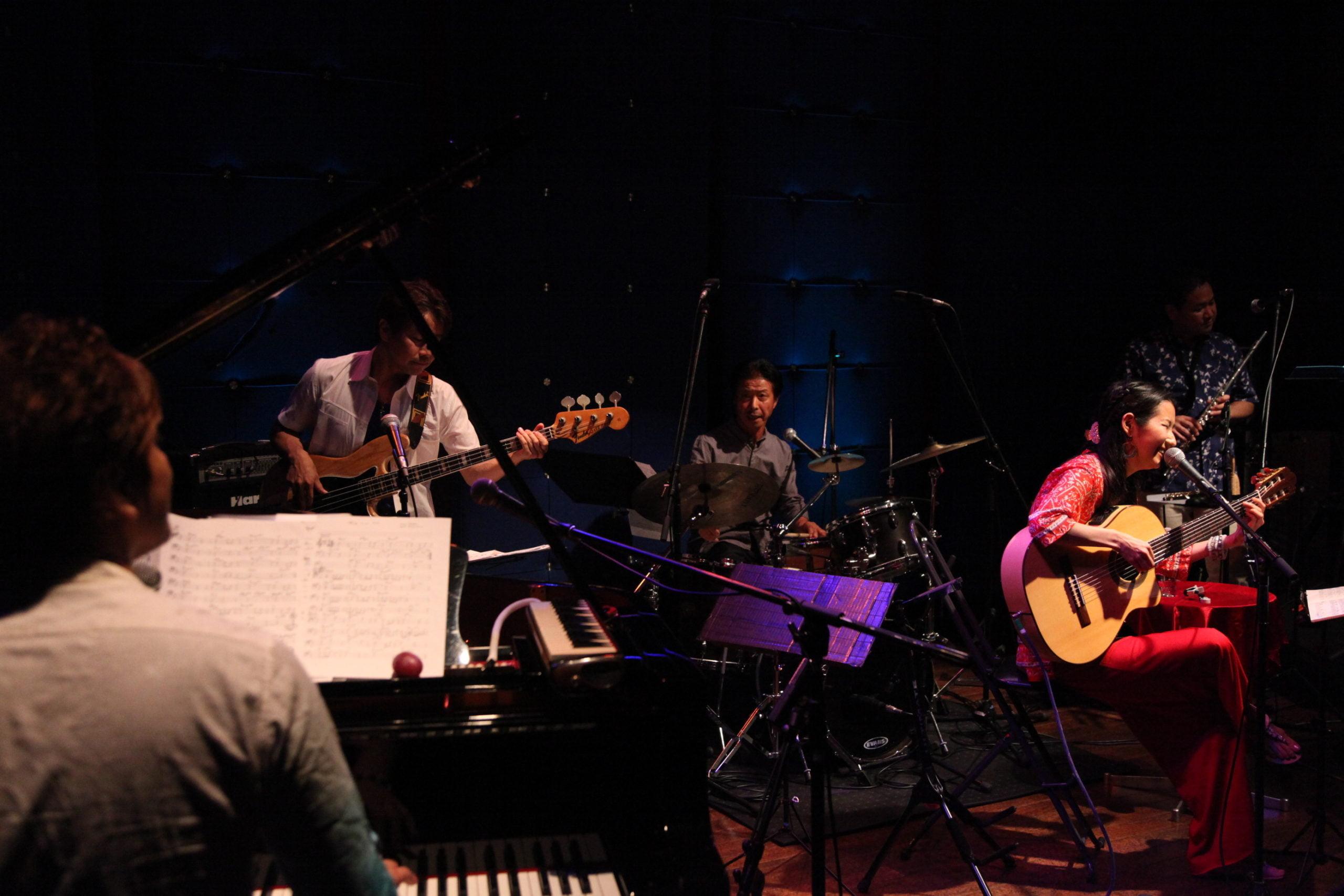 2013年・渋谷Jz Brat。デビュー10周年ライブ。ピアノ今井亮太郎、ベース大森輝作、フルート川満直哉、ドラム吉田和雄。ゲストにアブダビからウード奏者のシリーン・トハーミが来日、7弦ギター奏者の山崎岳一、ボーカリストのホブソン・アマラウが入れ替わり立ち代わり。ホブソンとのデュエットはvideoに掲載しています、見てみてね♪