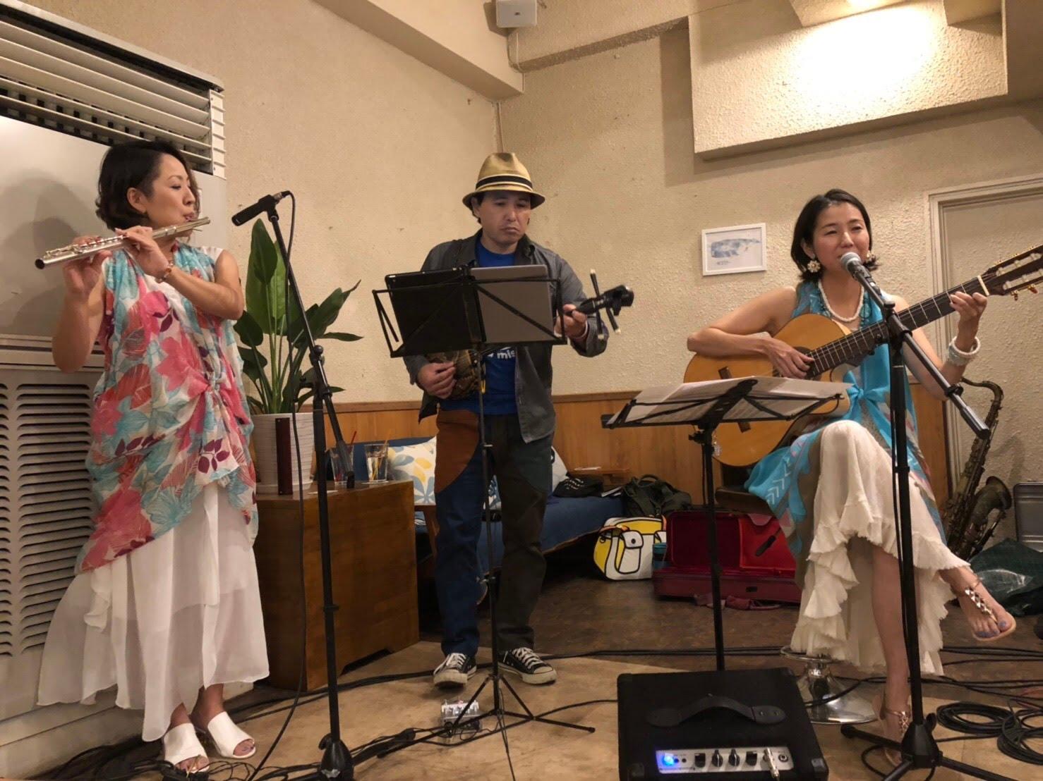 2018年・与論島カフェCOCOにて。全国で活躍する与論島出身アーティストの川畑アキラさんとセッション!