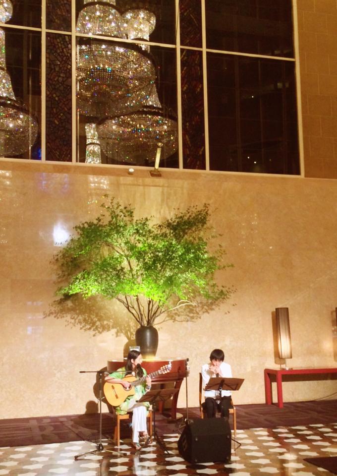 2014年・ハイアットリージェンシーTOKYO ロビー演奏。ハーモニカmatsumonicaさんと