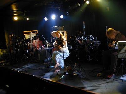 2002年。デビューする1年前。ロック系の対バンライブに混ざって(笑)演奏し始めて、5回目くらいの時。まだ30分演奏するのがやっと。デジカメ30万画素とかの頃?いやもうちょっとあった?笑。初めてプロの方にお願いして付いてもらいました。ギター加納 望さん、ベース工藤緑矢さん、パーカッション竹本一匹さん。