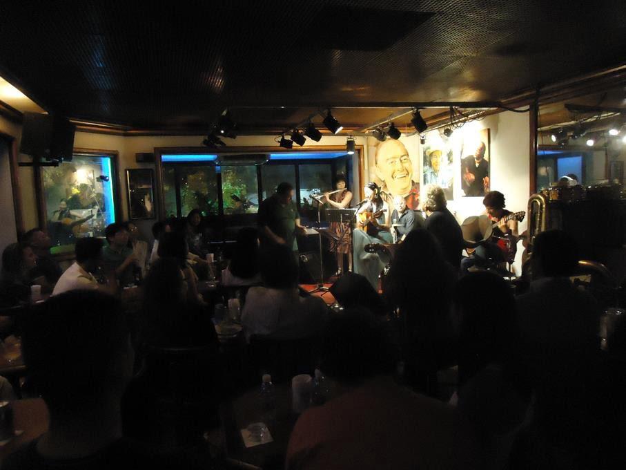 ブラジル、リオ・デ・ジャネイロ。イパネマにあるボサノヴァ専門Bar「Vinícius」でのライブ。João Lyra(gt)、Celia Vaz(gt)、熊本尚美(fl)、Vicente Viola(vo)、Zé Leal(perc)。素晴らしい方々にサポートしていただきました。「イパネマの娘」を書いたジョビンやヴィニシウスの肖像画の前で。2012年。